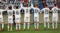 Fotbalisté Plzně děkují svým fanouškům po skončení zápasu.