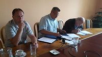 Jednatel kladenského hokejového klubu Jaromír Jágr starší (vpravo) podepisuje dotační smlouvu. Vedle něj sedí primátor města Milan Volf (uprostřed) a trenér Rytířů Pavel Patera.