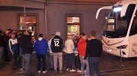 Fanoušci byli zvědaví na příjezd fotbalistů Realu.