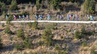 Biatlonisté na trati v rakouském Hochfilzenu.