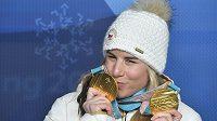Ester Ledecká s medailemi.