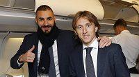Hvězdy Realu Madrid Karim Benzema (vlevo) a Luka Modrič v letadle směr Česká republika