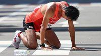 Vyčerpaný Japonec Masatora Kawano během olympijského závodu.