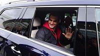 Švýcarský tenista Roger Federer zdraví fanoušky po příletu na pražské letiště.