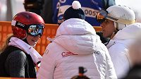 Česká reprezentantka Ester Ledecká a vpravo její otec, zpěvák a skladatel Janek Ledecký během obřího slalomu, kde Ledecká obsadila 23. místo.
