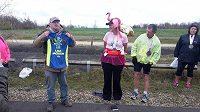 Lisa Jackson se právě stává členkou prestižního 100 Marathon Club. (2016)