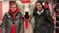 Okamžik štěstí. David Rittich (vpravo), gólman Calgary Flames, udělal radost svému bratrovi Tomášovi (vlevo), když domluvil setkání s maskotem Plamenů.