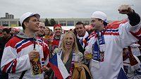 Nažhavení čeští fanoušci před zápasem se Švédy na MS v Praze.