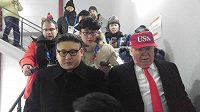 Dvojníci amerického prezidenta Donalda Trumpa a severokorejského vůdce Kim Čong-una vzbudili značné pozdvižení během zahajovacího ceremoniálu olympijských her v Pchjongčchangu. Ochranka je vyvedla.