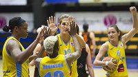 Basketbalistky USK (zleva) Kia Vaughnová, Danielle Robinsonová, Milka Bjelicová a Laia Palauová se radují z vítězství.