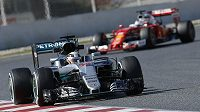 Lewis Hamilton za volantem vozu Mercedes na trati v Barceloně při posledním oficiálním testu před startem sezóny. Bude startovní pole zírat britskému jezdci opět na záda?
