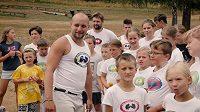Trenér capoeiry Lukáš Novák se svými svěřenci.