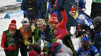 Česká reprezentantka Veronika Vítková po dojezdu do cíle sleduje oslavující Bělorusky. Česká štafeta dojela dvanáctá, Bělorusky vybojovaly zlatou medaili.