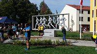 Každé správné Běchovice začínají fotkou u pamětní skulptury v Parku běžců.