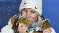 Česká reprezentantka Ester Ledecká s medailemi.