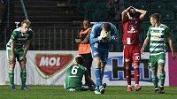 Zklamaní fotbalisté Olomouce po porážce ve čtvrtfinále MOL Cupu na hřišti Bohemians.