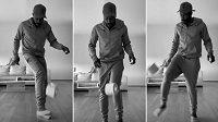 """Tisíce lidí se na sociálních sítích zapojují do nové výzvy """"Stay At Home Challenge"""", fotbalista pražské Sparty Guélor Kanga předvedl netradiční žonglování s ruličkou. Zdroj: Instagram Guélor Kanga"""