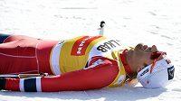 Nor Petter Northug leží na zemi po vítězství ve stíhačce na 15 km ve Falunu.