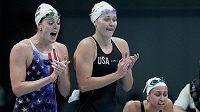 Americké plavkyně (zleva) Olivia Smoligaová, Catie Deloofová a Allison Schmittová povzbuzují týmovou kolegyni Natalii Hindsovou během rozplavby štafet na 4x100 metrů.