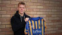 Fotbalista Jan Žambůrek změnil v rámci Anglie dres. Devatenáctiletý záložník opustil druholigový Brentford a zamířil na roční hostování do třetiligového Shrewsbury.