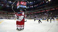 Čeští hokejisté se radují z druhého gólu, který vstřelil Koukal, proti Německu