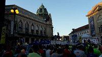 V sobotu večer ožilo náměstí Republiky tisícovkami běžců.