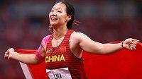 Zlatá radost. Liou Š'-jing vyhrála soutěž oštěpařek jako první Číňanka v historii.