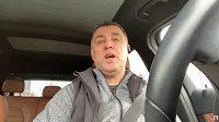 Bývalý kapitán turecké fotbalové reprezentace Hakan Sükür se živí jako řidič Uberu