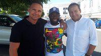 Záložník fotbalové Plzně Joel Kayamba (uprostřed) s manažerem společnosti IFM-M Danielem Smejkalem (vpravo) a trenérem divizního Hlinska a zároveň skautem IFM-M Danielem Siganem.