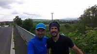 Dva a vozík na cestě, společně za desítkami kilometrů. René Kujan a Jaroslav Urban.