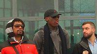 Bývalá basketbalová hvězda Dennis Rodman (uprostřed) po příletu do Pchjongjangu.