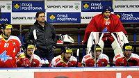Trenér Olomouce Petr Fiala na střídačce mezi hráči.