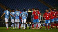 Sudí Massimiliano Irrati (uprostřed) mezi hráči ve chvíli, kdy utkání italské ligy mezi Laziem a Neapolí bylo zhruba na tři minuty přerušeno kvůli rasistickým pokřikům domácích fanoušků na hostujícího obránce Kalidoua Koulibalyho.