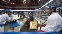 Čeští reprezentanti Jaromír Jágr (vpravo) a Vladimír Sobotka diskutují na tréninku v hale Čižovka v Minsku, kde se koná mistrovství světa v ledním hokeji.