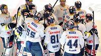 Hokejisté Liberce se radují z vítězství po samostatných nájezdech v Třinci.