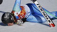 Tina Mazeová líbá sníh v cílovém prostoru sjezdu žen. Slovinská lyžařka získala zlato spolu se Švýcarkou Gisinovou.