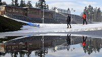 Vysočina Aréna v Novém Městě na Moravě, kde se o víkendu 11. a 12. ledna pojedou závody SP v běhu na lyžích. V těchto dnech se dokončují závěrečné úpravy běžeckých tratí a zpevňují divácké přístupové a servisní cesty. Kvůli vysokým teplotám se vedle tratí objevují velké louže z rozpuštěného sněhu.