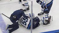 Nejlepší hráč Jets Mark Scheifele po hrozivém střetu nedohrál zápas s Calgary.