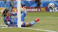Mexický brankář Guillermo Ochoa vyškrábl gólovou hlavičku Neymara.