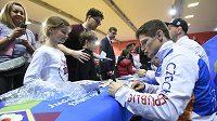 Pavel Petřikov se podepisuje fanouškům v Praze.