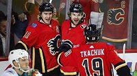 Hokejisté Calgary Flame Mikael Backlund (vlevo) a Michael Frolík slaví gól proti San Jose.
