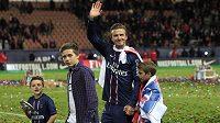 Brooklyn Beckham (druhý zleva) se svým otcem Davidem.