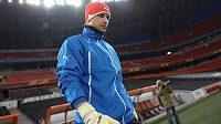 Brankář Viktorie Plzeň Petr Bolek přichází na trénink před zápasem v Doněcku.