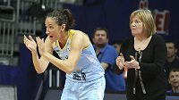 Zleva basketbalistka USK Praha Laia Palauová a trenérka Natália Hejková.