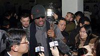 Dennis Rodman před odletem do Pchjongjangu.