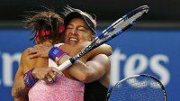 Česká tenistka Lucie Šafářová (blíže) a Američanka Bethanie Matteková-Sandsová se radují z triumfu ve čtyřhře na Australian Open.