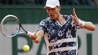 Český tenista Tomáš Berdych na Roland Garros v duelu se Španělem Robertem Bautistou.