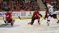 Tomáš Hertl střílí gól do sítě Ottawy.