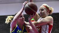 První zápas finále ligy basketbalistek: Zleva Alena Hanušová z USK a Klára Rosenbaumová z Hradce.