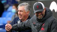 Manažer Liverpoolu Jürgen Klopp se v přátelském duchu zdraví s Carlem Ancelottim, manažerem Evertonu.
